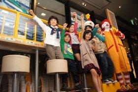 ドナルドとともに「出発進行!」の掛け声を上げる出演者たち。10月4日、ハッピー・プラレール店で