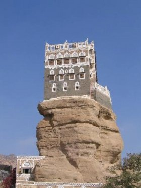 高さ50メートルの岩の上に建つ家(イエメン)