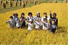 「炊き分け隊が行く!稲刈りイベント」参加者の集合写真