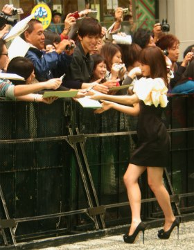 アンバサダーとしてグリーンカーペットを歩いた前田敦子さん。前田さんの周りにはサインを求める人で黒山の人だかりができていた