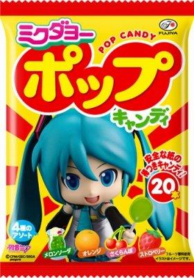 ファミリーマートで発売されるコラボ商品。「安全な紙の棒つきキャンディ!」の文字がシュール