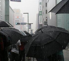 iPhone5買った人は涙目?(9月21日、東京・銀座アップルストア前にできた5購入待ちの行列)