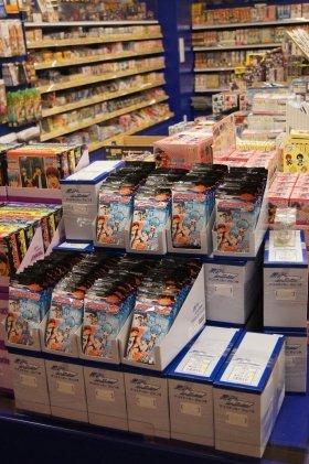 キャラクターグッズコーナーの一角。人気作品「黒子のバスケ」の関連商品が多数並んでいた(13日撮影)