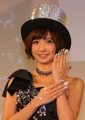 篠田麻里子さんのネイルは「冬」をテーマに仕上げたという
