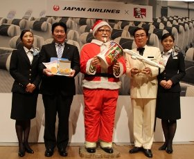 発表会に姿を見せたJALの植木義晴社長(中央左)とKFCの渡辺正夫社長(中央右)