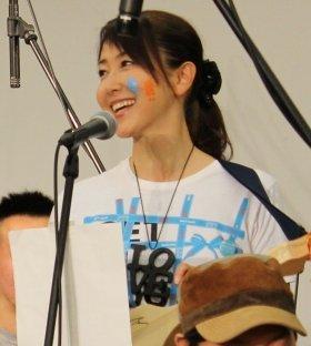 3日、参加者とともに歌と演奏を披露した東ちづるさん