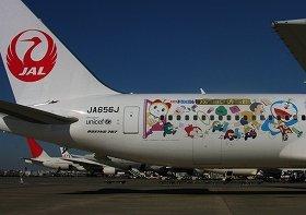 JALが就航させた「ドラえもんジェット」。機体側面に、映画に登場するキャラクターを描いた
