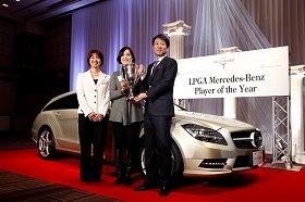 「LPGA Mercedes-Benz Player of the Year」初代女王に輝き、「CLS シューティングブレーク」を贈られた全美貞選手(12月13日、都内で)