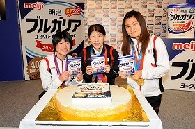 吉田沙保里選手(中央)らが、ヨーグルト料理を学んだ。