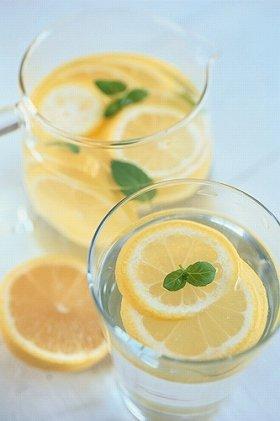 二日酔いにも水分補給は欠かせない。写真はレモンなどを加えた「目覚まし水」