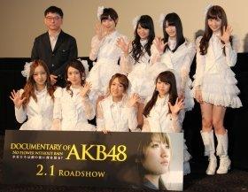舞台挨拶に登場したAKB48メンバーと高橋栄樹監督(左上)