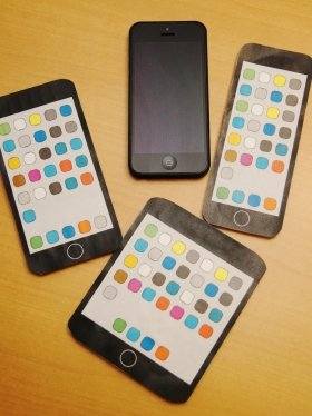 iPhone 5(本物)と「5インチ版iPhone」(模型)3種。手作りなので、作りが安っぽいのはご容赦いただきたい
