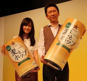 「麦とホップ」をPRする前田さんと布袋さん