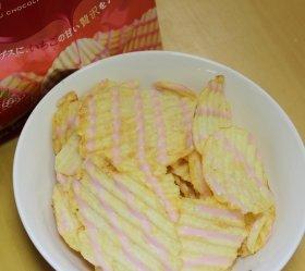 (上)4日発売の「ポテトチップス 贅沢(ぜいたく)ショコラ ストロベリー」 (下)中身はこんな感じ。ストロベリーの甘い香りが印象的だ