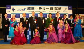 デリー線の記念式典では、インド舞踊も披露された