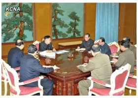 朝鮮中央通信ウェブサイトより。金正恩第一書記の手元に、スマホらしきものが見える