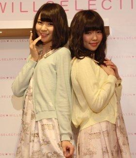 WILLSELECTIONのアイテムに身を包んだ菊地あやかさんと島崎遥香さん(左から)