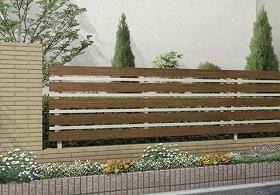 木目調の暖かさとシャープなアルミの質感が調和したフェンス(写真は、「W1型」)