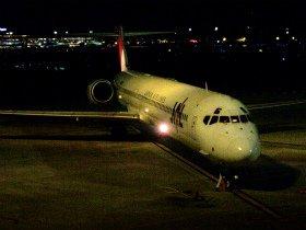 羽田空港に到着するMD-90型機のラストフライト。17年にわたって日本の空で活躍した