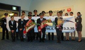 フライト後、機長(前列右から2番目)に花束が贈られた