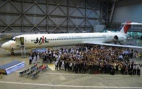 セレモニーでは200人以上がMD-90を囲んだ