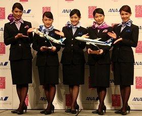 CA姿のAKB48のメンバー。左から秋元才加さん、川栄李奈さん、渡辺麻友さん、横山由依さん、鈴木まりやさん