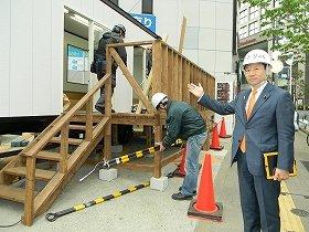 スタジオを視察する鈴木寛・参院議員