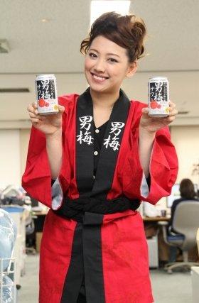 「男梅サワー」PRのためJ-CASTニュース編集部を訪れた多嶋沙弥さん