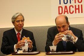 「TOMODACHIバーガー」をほおばるルース大使(右)。左はウェンディーズ・ジャパンのアーネスト・比嘉会長