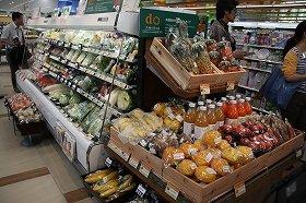 入り口すぐに野菜や果物のコーナーが展開する