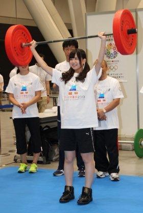 「重い!」と言いながらバーベルを持ち上げた佐藤すみれさん
