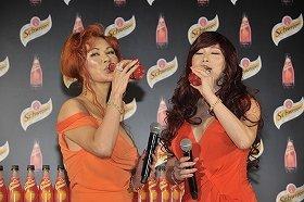 「シュウェップス ブラッドオレンジ」を飲む叶姉妹