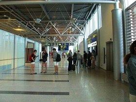 ヘルシンキ空港では保安検査後「ロンドンは右、ローマは左」と覚えると分かりやすい