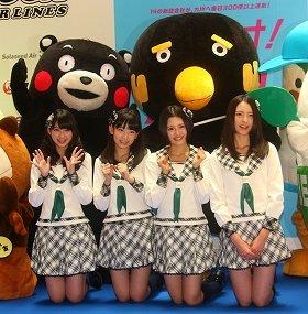 くまモンら各地のゆるキャラに囲まれるHKT48メンバ-。左から松岡菜摘さん、宮脇咲良さん、兒玉遥さん、森保まどかさん