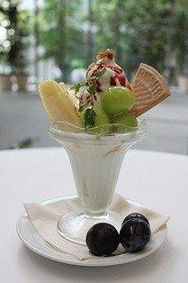「丸の内カフェ ease」のフルーツパフェ