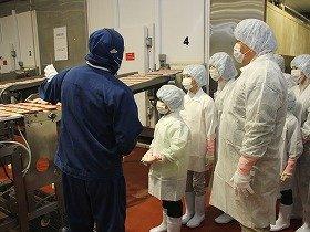 スターゼン千葉工場を見学する親子
