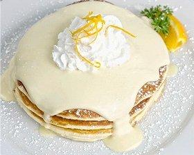 たっぷり生クリームとオレンジピールが楽しめる「リリコイパンケーキ」