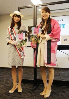 編集部を訪れた「高岡万葉大使」の川合夏美さんと、富山県観光課の古田香織さん