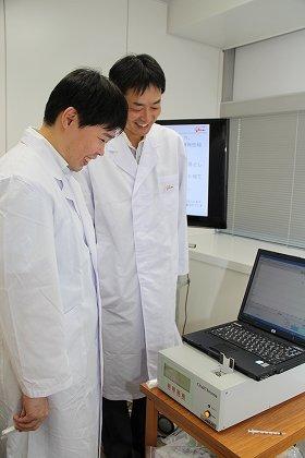 「お口のニオイ研究ラボ」の釜阪寛ラボ長(右)と小林隆嗣研究員(左)