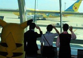 ピカチュウや空港係員がラストフライトを見送った