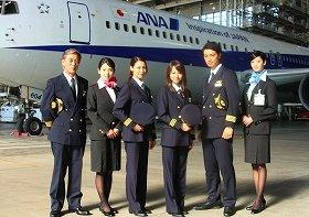 ANAのボーイング767型機を前に記念撮影に臨む出演者。左から岩城滉一さん、桜庭ななみさん、相武紗季さん、堀北真希さん、斎藤工さん、菜々緒さん