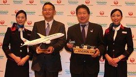 中央左からファミリーマートの中山勇社長、JALの植木義晴社長