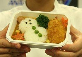 子ども向けの「デコ弁」。ご飯を雪だるまの形にデコレーションした