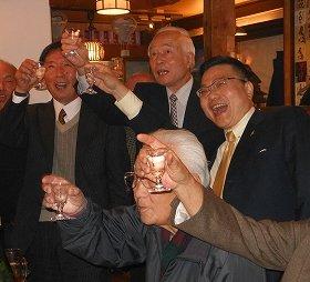 乾杯する古川・佐賀県知事(右)ら