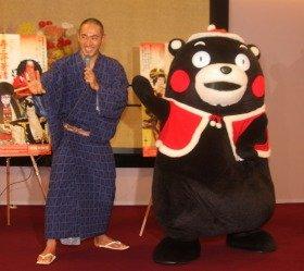 市川海老蔵さん(左)とサンタクロースの衣装を着たくまモン(右)。海老蔵さんは終始上機嫌だった