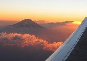 上空4600メートルから望む富士山。翼の端から初日の出がのぞいている