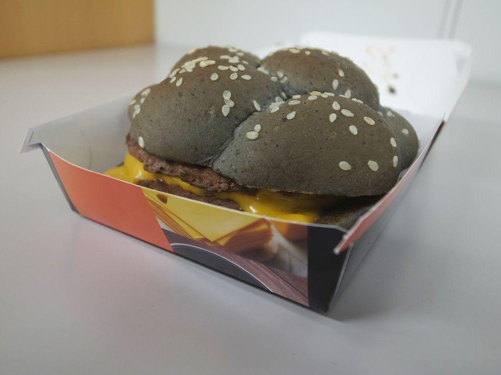 黒色ハンバーガー、マクドナルドも投入! 見た目からは想像できないその味は......