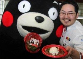 熊本の食材を使った「フレンチなステーキ丼」も売り出す。右側は杉本シェフ