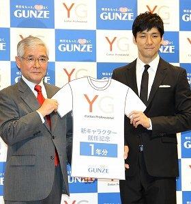 児玉和社長から「YG」1年分を受け取る西島秀俊さん