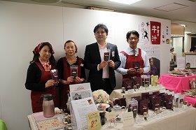 「『ご当地紅茶』でおもてなし」の根本泰昌さん(右から2番目)